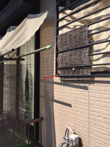 南面の窓のある壁パネルに新しい亀裂が発生していました。壁パネルの窓開口のカド部分から成長しています。